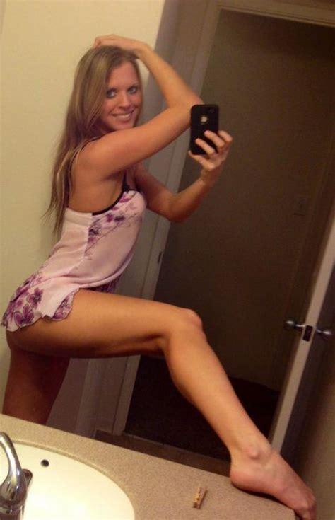 foto di donne sedute a gambe aperte with beautiful legs barnorama