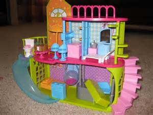 Polly pockets house have you ever seen the dollhouse it looks