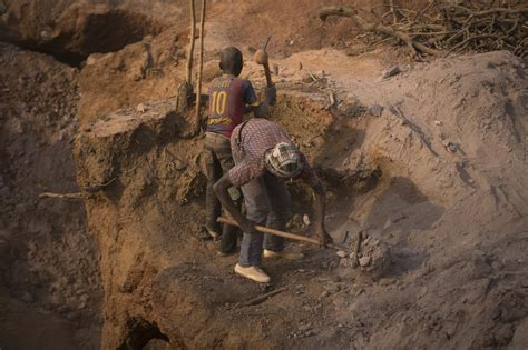 digging for gold children work in harsh conditions paid in pictures digging for gold in mali al jazeera