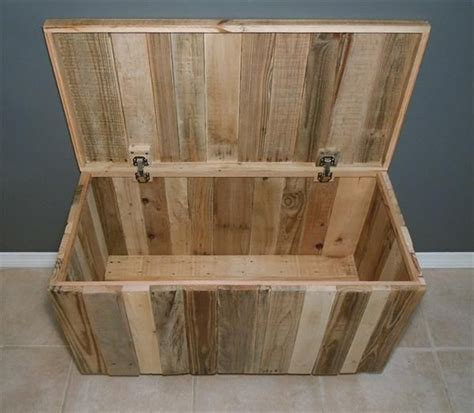 diy hinged pallet chest with wheels 101 pallets free wood projects big pinterest pallet