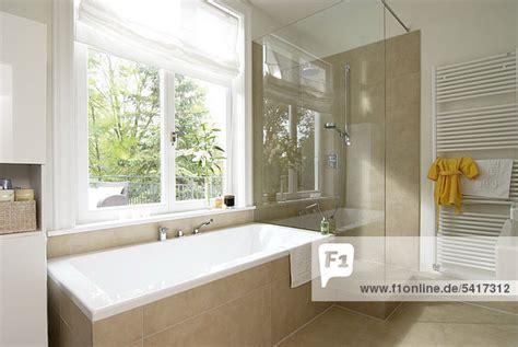badezimmer badewanne dusche badezimmer dusche badewanne modern lizenzfreies bild