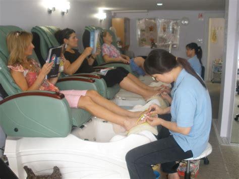Manicure Pedicure Di Salon indoor photo pedicure