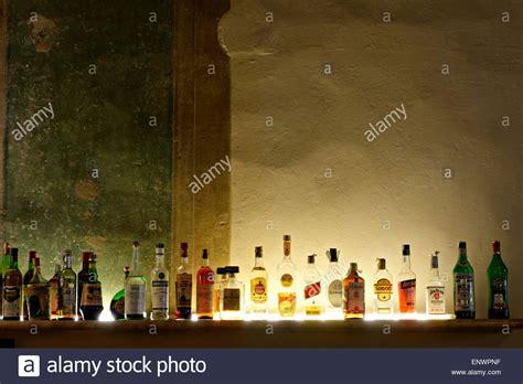 schnapsflaschen regale linie der geist flaschen bar regal stockfoto bild