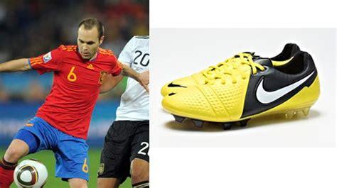 Sepatu Bola Yang Dipakai Messi 20 pesepakbola dan model sepatu yang digunakan andres