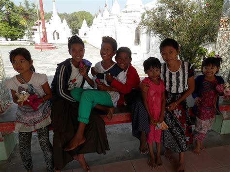 turisti per caso birmania bambini sorridenti in myanmar viaggi vacanze e turismo