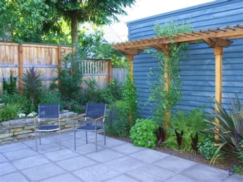 inexpensive backyard ideas triyae inexpensive ideas for backyard privacy