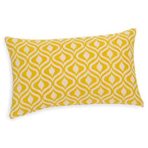 housse coussin jaune housse de coussin en coton jaune ocre 30 x 50 cm manicata maisons du monde