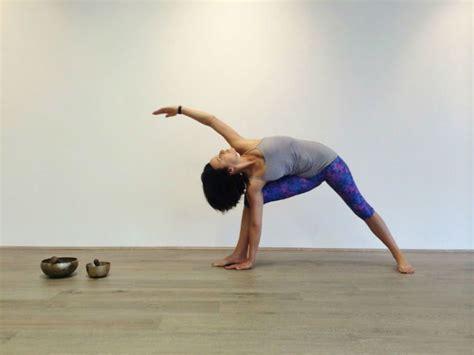 10 tutorial gerakan yoga bye bye sama perut buncit dengan 11 gaya yoga pelancar bab