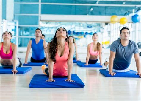 tutorial de grupo yoga 5 posturas de yoga para principiantes que puedes hacer en casa