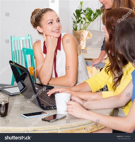 office gossip auf deutsch office gossip woman tells her friends an interesting