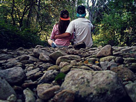 imagenes extrañas en el bosque pareja en el bosque