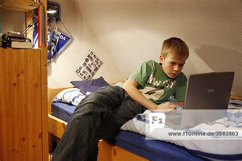 pc arbeit zuhause junge 13 jahre alt arbeitet mit seinem computer zuhause