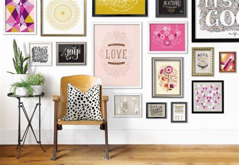 parete con cornici come decorare una parete con fantasia e creativit 224