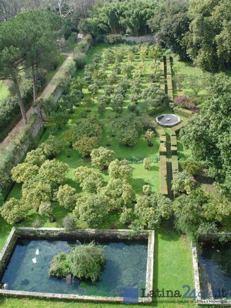 giardino di ninfa foto foto nel giardino di ninfa nascono 5 piccoli cigni bianchi