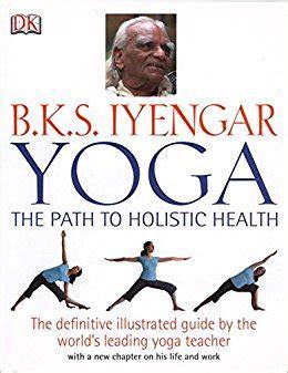 libro bks iyengar yoga the b k s iyengar yoga the path to holistic health b k s iyengar 9780756633622 amazon com books