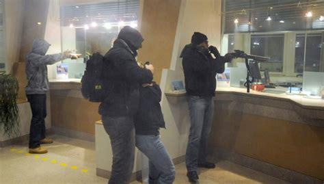 banca popolare di novara giugliano rapinata una banca in provincia di napoli bottino di