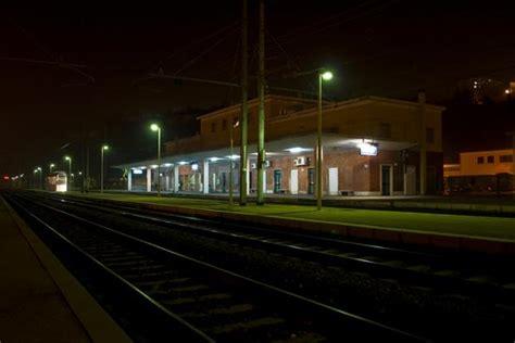 in attesa viaggio nella labirintica rapinano viaggiatore in attesa treno arrestati