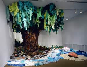 esculturas feitas de roupas recicladas