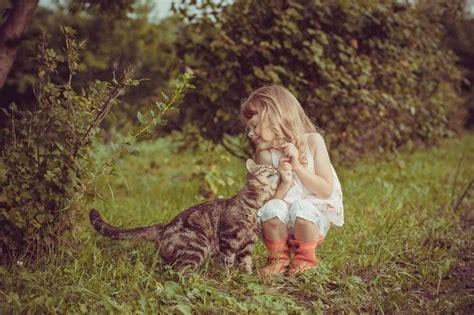 imagenes tiernas de niños jugando tiernas fotos de ni 241 os jugando con sus gatos