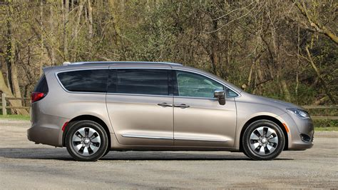 Chrysler Hybrids by 2017 Chrysler Pacifica Hybrid Review The No Fuss Gas Saver