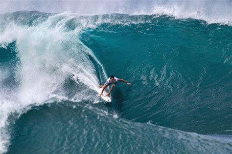kelly slater surfing pipeline joel parkinson and kelly slater fight for glory in pipeline