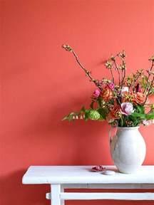 Ordinaire Couleur Peinture Pour Salon Moderne #7: mur-saumon-couleur-rose-orange-mur-fleurs-d-intérieur-mur-coloré-meuble-blanc.jpg