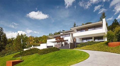 Spanish Villa House Plans by Moderna Villa En Alemania Sobre Pendiente Arquitectura