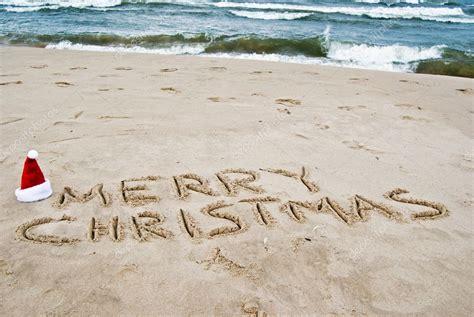 Imagenes De Feliz Navidad En La Playa   feliz navidad escrito en la playa foto de stock