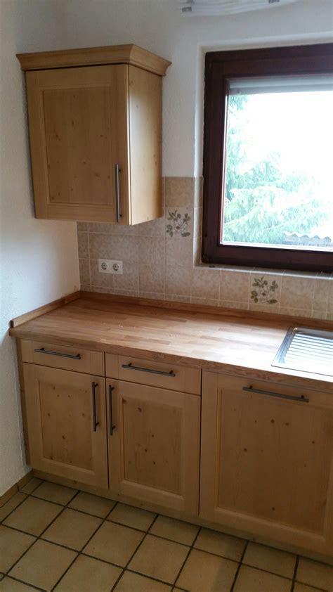 lösungen für kleine küchen wandfarbe grau rot