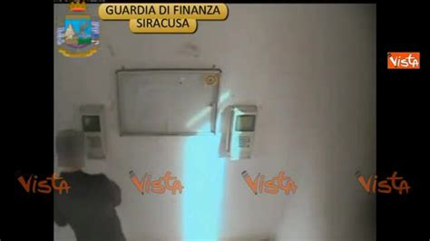 interdizione temporanea dai pubblici uffici siracusa la guardia di finanza stana 33 assenteisti