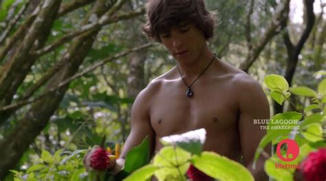 film blue lagoon the awakening 2012 brenton thwaites in blue lagoon the awakening male celeb