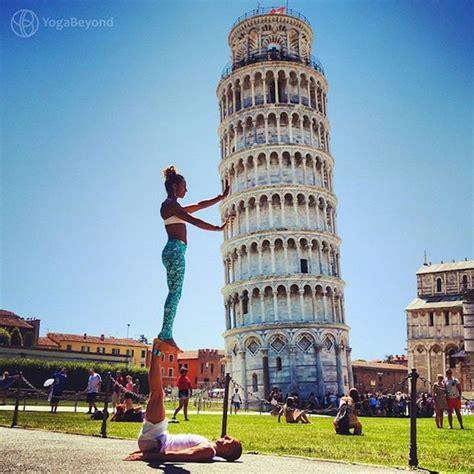 des positions de yoga partout dans le monde pour des
