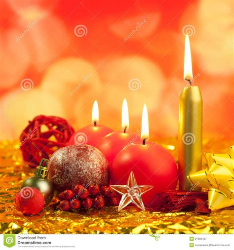 candele rosse candele rosse di natale sugli indicatori luminosi dorati