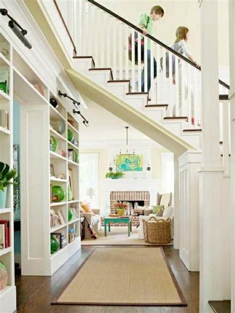 marvelous Farmhouse Interior Color Schemes #2: aménagement-sous-escalier-tapis-beige-maison-déco-blanc-chambre-lumineuse.jpg