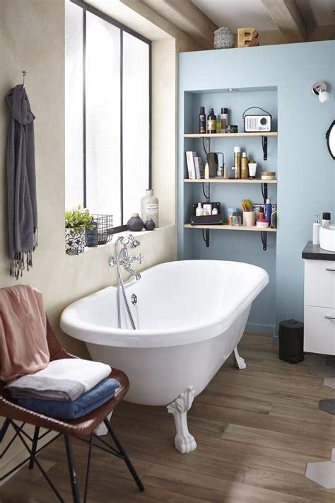 une salle de bains vintage et chic avec sa baignoire sur