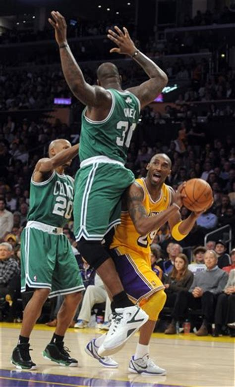 photo shaquille oneals butt  kobe bryants face