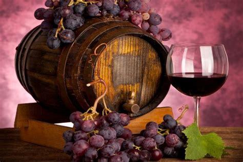 imagenes de uvas y copas un barril una copa de vino y unos racimos de uvas moradas