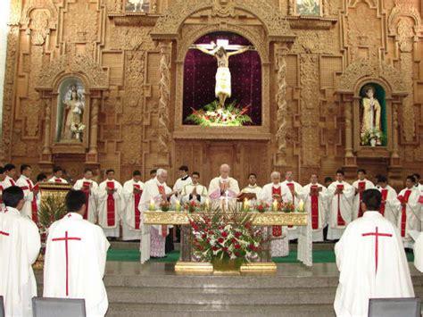 imagenes de sacerdotes orando un documento muestra que la iglesia y sus instituciones