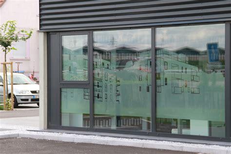 une d 233 coration de facade et de vitres de bureaux un 233 cran