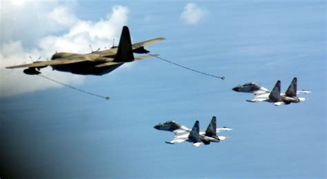 Pesawat Ak kc130b hercules refuelling sukhoi su 30 tni au