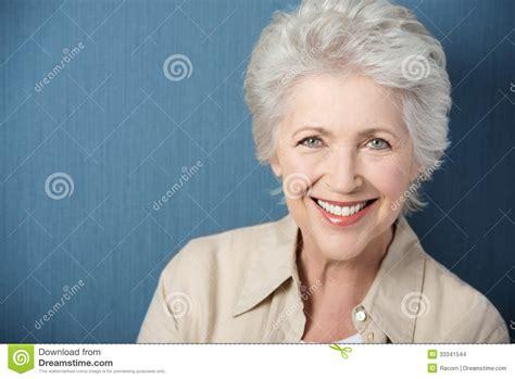 se 241 ora mayor hermosa con una sonrisa animada imagenes de