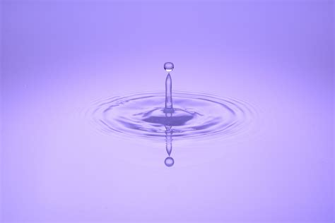 Liontin Idocrase Bentuk Water Drop 02 gambar penurunan cair gelombang ungu kaca refleksi biru penerangan menitik lingkaran