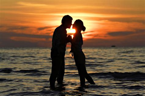 wallpaper sunset couple kiss sunset couple hd wallpapers large hd wallpapers