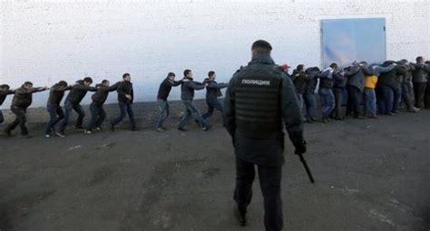 i clandestini testo la polizia russa usa le maniere forti con i
