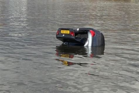 thames river cruise sinking tragedy car sinks in river thames after heavy tide