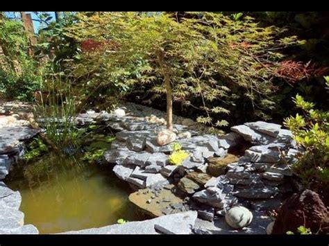 cascate da giardino laghetto da giardino con pesci piante acquatiche e una