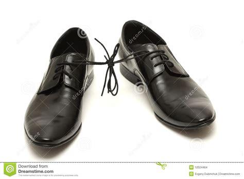 imagenes zapatos blanco y negro pares de zapatos del hombre negro atados juntos en blanco