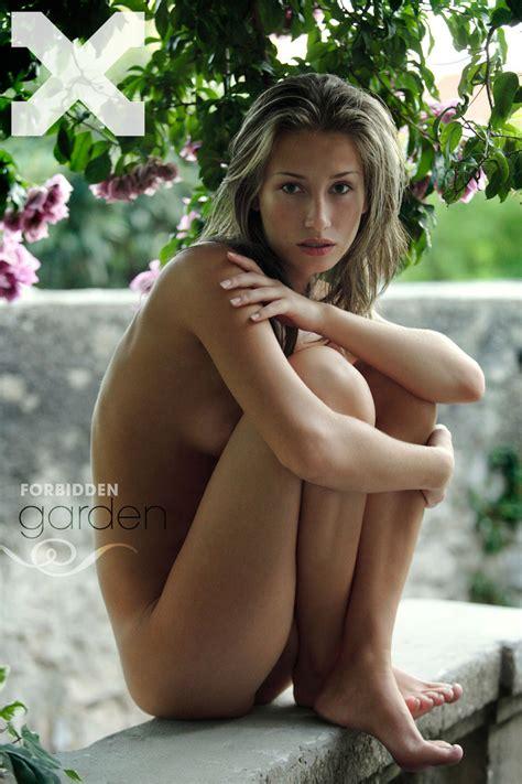 Slim Erotic Babe Eve Posing Outdoors In Gorgeous Nude Art Photos Porn Pictures XXX Photos Sex