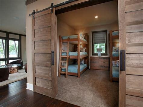 chambre enfant bois la porte de grange s invite dans la chambre enfant