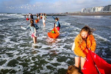 bootje te water laten 6 000 vrijwilligers laten bootjes te zee voor woi